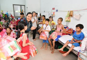 Tặng quà cho bệnh nhi nhân dịp tết Trung Thu